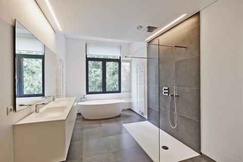 Barrierefrei und ansprechend: Die senioren- und pflegegerechte Anpassung des Badezimmers